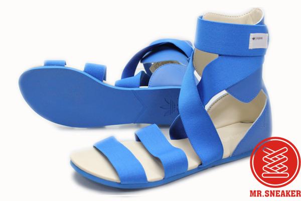 小女孩蓝色凉鞋