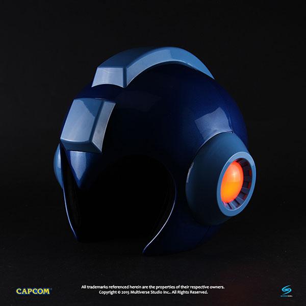 在头顶的部分安装两颗四号电池后,即可启动头盔两侧的led发光装置喔!