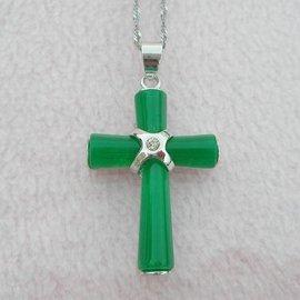 ~歡喜心珠寶~~十字架玉墜~仿翡翠鑽墜飾品,天然染色石英岩^(亦稱馬來玉^)雕十字架,加蘇
