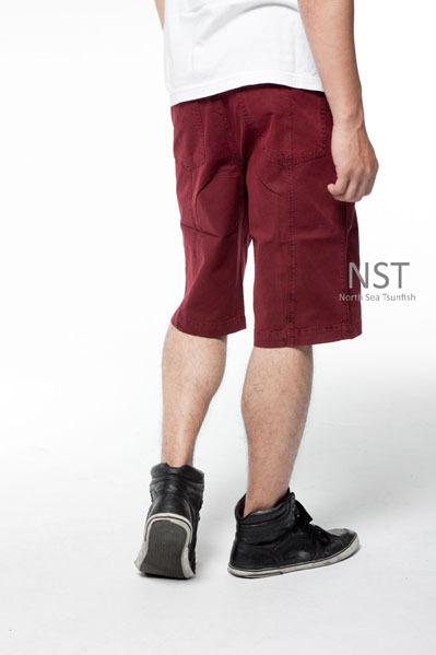 酒红色系休闲短裤款, 可以试著搭上一件深色系的polo