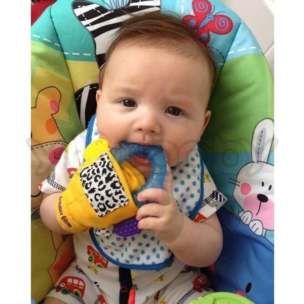 宝宝的手在六个月前还没办法能充分控制固齿器或玩具