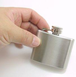 隨身小酒壺 2oz 約60cc 口袋型酒壺尺寸:56x70x19mm 方扁不�袗� 銀面