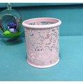 ~粉紅色~鐵製玫瑰雕花筆筒 置物桶 收納桶 文具桶 花器 收納整理 小物收納 ~夢夢家族~