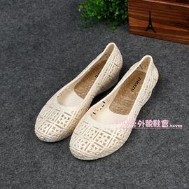 坡跟透氣淺口鏤空塑膠涼鞋白色洞洞鞋~型男原創館~