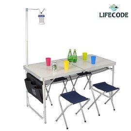 <table border=0 width=300><tr><td width=70><b>商品名稱</b>:</td><td>【LIFECODE】007鋁合金折疊桌+4張帆布椅</td></tr><tr><td width=70><b>商品類別</b>:</td><td>休閒用品館</td></tr><td width=70><b>商品編號</b>:</td><td>3310011</td></tr><tr><td><b>瀏覽次數</b>:</td><td>28</td></tr><tr><td><b>商品簡介</b>:</td><td>◆ 適合露營、野餐、商務洽談、商品展示  ◆ 折合後成一個提箱,體積小攜帶方便  ◆ 高度可3段伸降調整  ◆ 加贈配件:燈架+置物網+側袋 </td></tr></table>