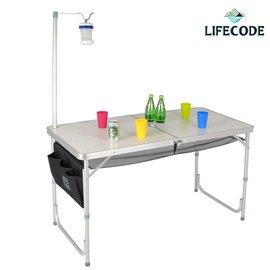 <table border=0 width=300><tr><td width=70><b>商品名稱</b>:</td><td>【LIFECODE】007鋁合金折疊桌</td></tr><tr><td width=70><b>商品類別</b>:</td><td>休閒用品館</td></tr><td width=70><b>商品編號</b>:</td><td>1-33100</td></tr><tr><td><b>瀏覽次數</b>:</td><td>19</td></tr><tr><td><b>商品簡介</b>:</td><td>◆ 適合露營、野餐、商務洽談、商品展示  ◆ 折合後成一個提箱,體積小攜帶方便  ◆ 高度可3段伸降調整  ◆ 加贈配件:燈架+置物網+側袋 </td></tr></table>