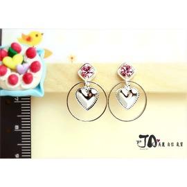 【JA夾式耳環*JA原創飾品】→甜美的魅力~粉紅色水鑽 愛心 圓形框框垂墜-JA手工金屬無痛耳夾