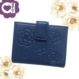 CLATHAS 日本小香奈兒山茶花小牛皮典雅 Logo 壓紋 兩折短夾皮夾 零錢包專屬夾層-藍色