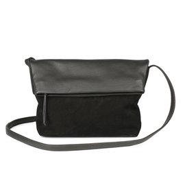 MARKBERG Cari 丹麥手工牛皮時尚反折肩揹包 斜背包/ 側揹包(個性絨黑)